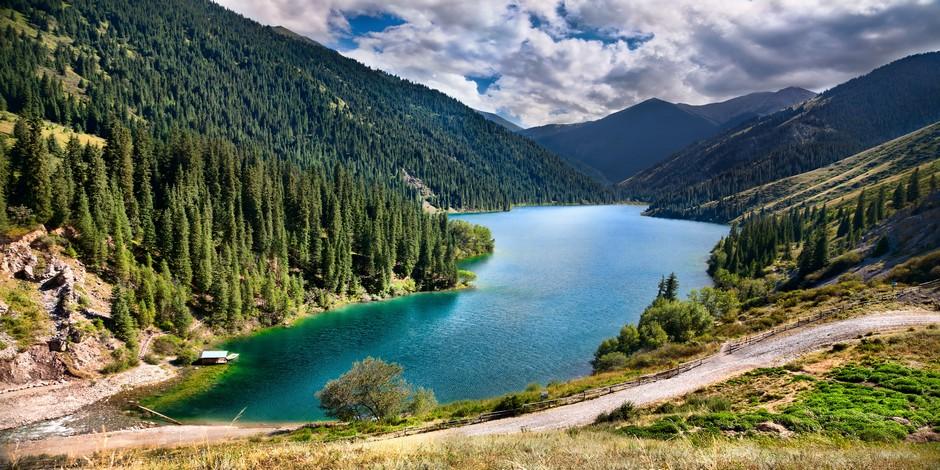 Vue magnifique sur la Lac Kolsai